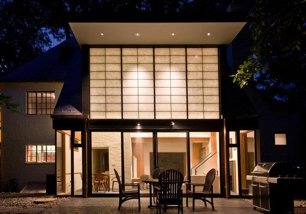 モダン リビング・居間 by Gardner Architects LLC