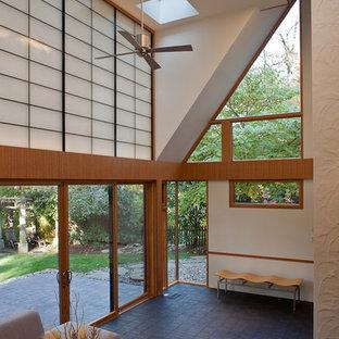 Diseño de salón moderno con suelo de ladrillo