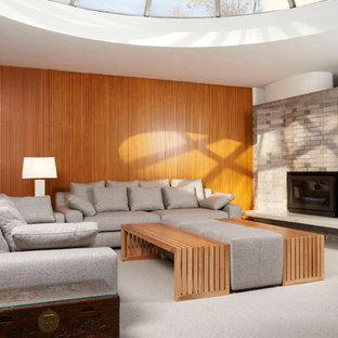 Modelo de salón abierto, vintage, con moqueta, chimenea tradicional y marco de chimenea de ladrillo