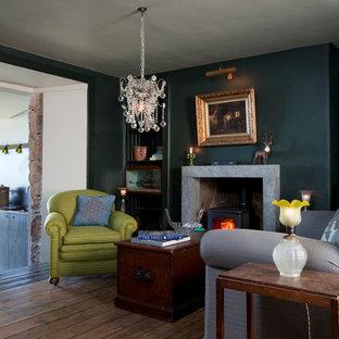 Esempio di un soggiorno minimalista di medie dimensioni con pareti nere, parquet scuro e nessuna TV