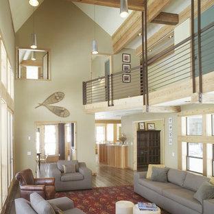 Modelo de salón abierto, rústico, con paredes beige