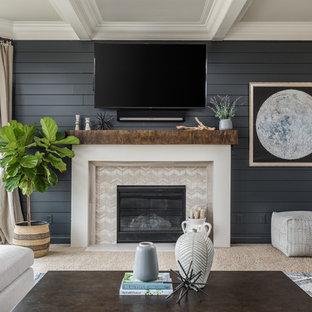 Inspiration för mellanstora klassiska separata vardagsrum, med blå väggar, heltäckningsmatta, en standard öppen spis, en spiselkrans i trä, en väggmonterad TV och beiget golv