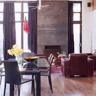 Ispirazione per un soggiorno design con pavimento in legno massello medio e camino classico