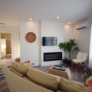 マイアミの小さいビーチスタイルのおしゃれなLDK (白い壁、クッションフロア、壁掛け型テレビ) の写真