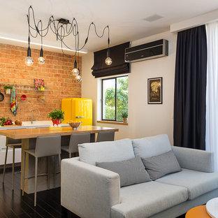 Foto di un piccolo soggiorno minimal stile loft con pareti bianche e pavimento in legno verniciato