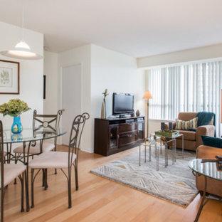 トロントの中サイズのコンテンポラリースタイルのおしゃれなLDK (ベージュの壁、淡色無垢フローリング、暖炉なし、据え置き型テレビ、ベージュの床) の写真