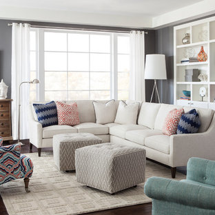 Kleines Klassisches Wohnzimmer mit grauer Wandfarbe und dunklem Holzboden in Charlotte