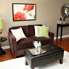Traditional Living Room by Feels Like Home 2 Me~ Home Staging in Toronto West