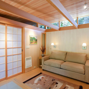 ポートランドの小さいコンテンポラリースタイルのおしゃれな独立型リビング (ベージュの壁、コルクフローリング、暖炉なし) の写真