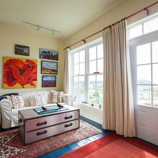 Maritimes Wohnzimmer mit beiger Wandfarbe und blauem Boden in Sonstige