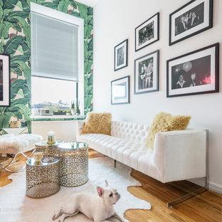Cette photo montre un salon chic avec un mur vert et un sol en bois brun.