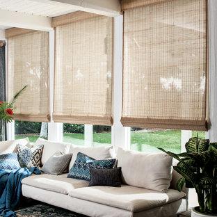 ロサンゼルスのトランジショナルスタイルのおしゃれなLDK (白い壁、カーペット敷き、暖炉なし、テレビなし、マルチカラーの床) の写真