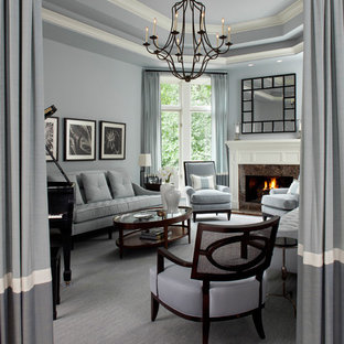 Diseño de salón con rincón musical actual con chimenea tradicional y paredes grises