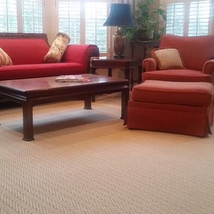 他の地域の中サイズのトラディショナルスタイルのおしゃれなLDK (フォーマル、茶色い壁、カーペット敷き、暖炉なし、テレビなし、ベージュの床) の写真