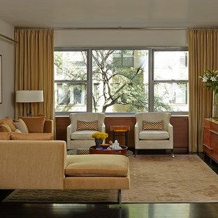 ニューヨークの中くらいのコンテンポラリースタイルのおしゃれな独立型リビング (フォーマル、白い壁、竹フローリング、壁掛け型テレビ、暖炉なし、茶色い床) の写真
