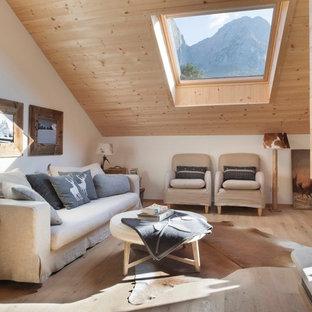 Foto di un soggiorno stile rurale di medie dimensioni con pareti bianche, parquet chiaro e pavimento beige
