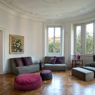 Ispirazione per un grande soggiorno contemporaneo aperto con sala formale, pareti bianche e pavimento in legno massello medio