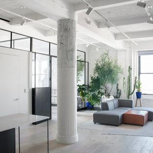 Modelo de salón para visitas tipo loft, minimalista, de tamaño medio, con paredes blancas, suelo de madera pintada y suelo blanco