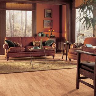 Foto di un soggiorno rustico di medie dimensioni e chiuso con pareti arancioni e pavimento in vinile