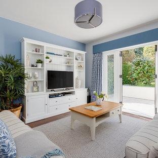 ウエストミッドランズの中サイズのビーチスタイルのおしゃれな独立型リビング (青い壁、無垢フローリング、暖炉なし、据え置き型テレビ、茶色い床) の写真