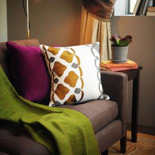 Ispirazione per un piccolo soggiorno contemporaneo stile loft con sala formale, pareti beige, parquet chiaro, nessun camino e nessuna TV