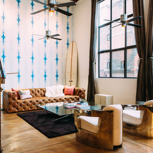 Diseño de salón abierto, industrial, grande, sin chimenea y televisor, con paredes multicolor y suelo de cemento