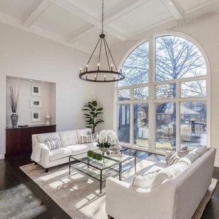 Großes, Repräsentatives, Fernseherloses, Offenes Klassisches Wohnzimmer mit grauer Wandfarbe, dunklem Holzboden, braunem Boden und Kassettendecke in Kansas City