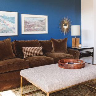 Foto de salón cerrado, pequeño, con paredes azules, suelo laminado, chimenea tradicional, televisor colgado en la pared y suelo marrón