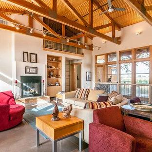 Großes, Repräsentatives, Offenes Uriges Wohnzimmer mit beiger Wandfarbe und Kamin in Boise