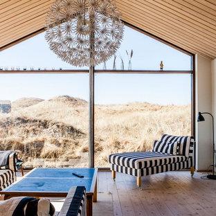 オールボーの中サイズのビーチスタイルのおしゃれなLDK (フォーマル、白い壁、淡色無垢フローリング、内蔵型テレビ) の写真