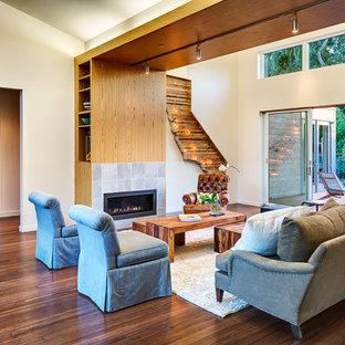 Inredning av ett modernt vardagsrum, med en spiselkrans i trä, bambugolv och en standard öppen spis