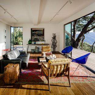 Idee per un soggiorno moderno di medie dimensioni e aperto con pareti bianche, pavimento in bambù, nessun camino e nessuna TV
