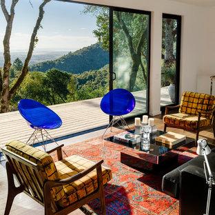 Imagen de salón abierto, moderno, de tamaño medio, sin chimenea y televisor, con paredes blancas y suelo de bambú