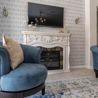 Ispirazione per un soggiorno tradizionale di medie dimensioni e aperto con sala formale, pareti bianche, pavimento con piastrelle in ceramica, camino classico, cornice del camino in legno, TV a parete e pavimento beige
