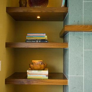 Idéer för ett retro vardagsrum, med en standard öppen spis, en spiselkrans i trä och blått golv