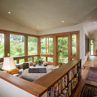 Offenes Modernes Wohnzimmer mit braunem Holzboden in San Francisco