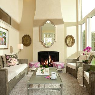 Repräsentatives Klassisches Wohnzimmer mit beiger Wandfarbe, Kamin und Teppichboden in Minneapolis