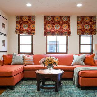 Foto på ett vintage vardagsrum, med vita väggar