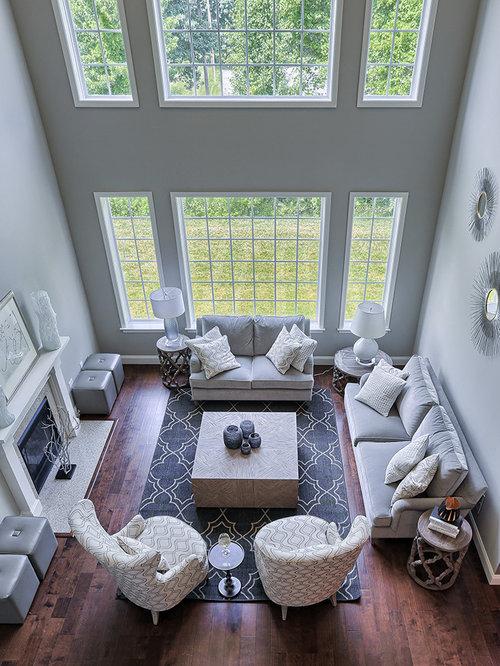 Salon mansardé ou avec mezzanine moderne avec un sol en bois foncé ...