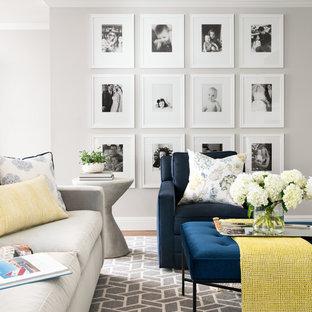 Imagen de salón para visitas abierto, tradicional renovado, de tamaño medio, con paredes grises, suelo de madera en tonos medios y suelo marrón