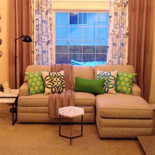 Immagine di un piccolo soggiorno tradizionale aperto con moquette, camino classico, cornice del camino piastrellata e pareti beige