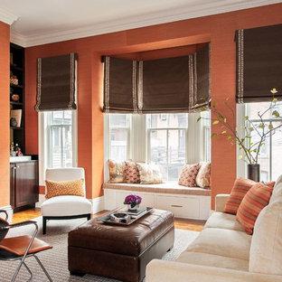 Diseño de salón con barra de bar tipo loft, tradicional renovado, de tamaño medio, sin chimenea y televisor, con parades naranjas y suelo de madera en tonos medios