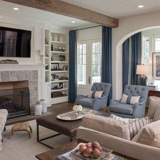 アトランタのトラディショナルスタイルのおしゃれなリビング (白い壁、濃色無垢フローリング、標準型暖炉、石材の暖炉まわり、壁掛け型テレビ、茶色い床) の写真