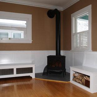 Diseño de salón para visitas abierto, tradicional, pequeño, sin televisor, con chimenea de esquina, marco de chimenea de madera, paredes beige, suelo de madera clara y suelo beige