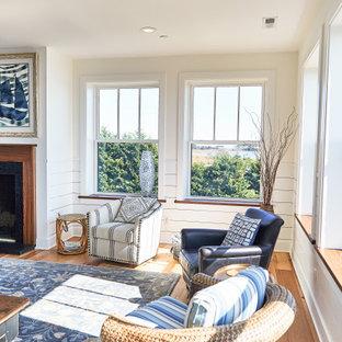 他の地域の中サイズのビーチスタイルのおしゃれなLDK (フォーマル、ベージュの壁、無垢フローリング、標準型暖炉、木材の暖炉まわり、テレビなし、茶色い床) の写真