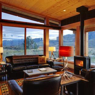 Foto de salón para visitas abierto, de estilo americano, de tamaño medio, sin televisor, con suelo de madera en tonos medios, estufa de leña, paredes marrones, marco de chimenea de metal y suelo marrón