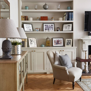 Идея дизайна: парадная гостиная комната в классическом стиле с фиолетовыми стенами, светлым паркетным полом, стандартным камином и телевизором на стене