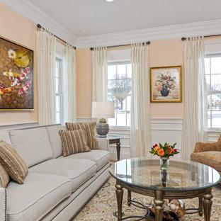 Cette photo montre un salon chic de taille moyenne et fermé avec un mur orange, un sol en bois brun, un sol marron et boiseries.