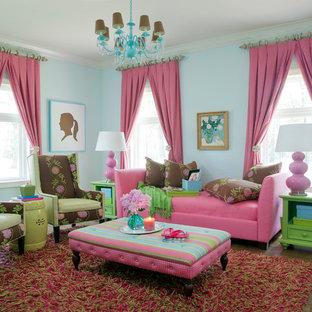 Esempio di un soggiorno chic di medie dimensioni e chiuso con pareti blu e pavimento in legno massello medio