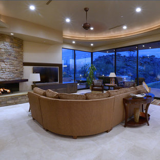 Idee per un soggiorno american style con cornice del camino in pietra